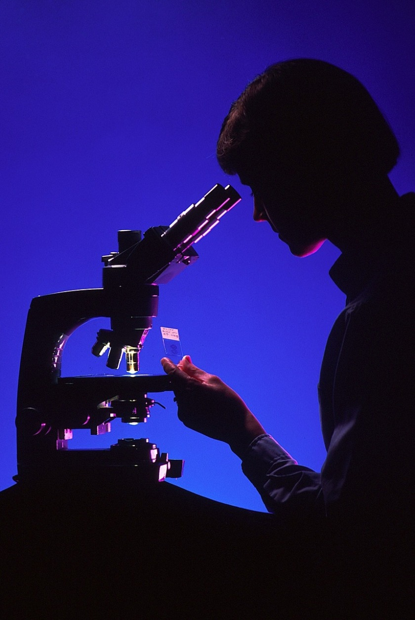 scientist-with-microscope-996187_1280
